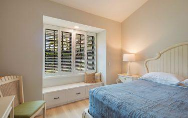 Lykos residential remodel - Bedroom with vertical windows
